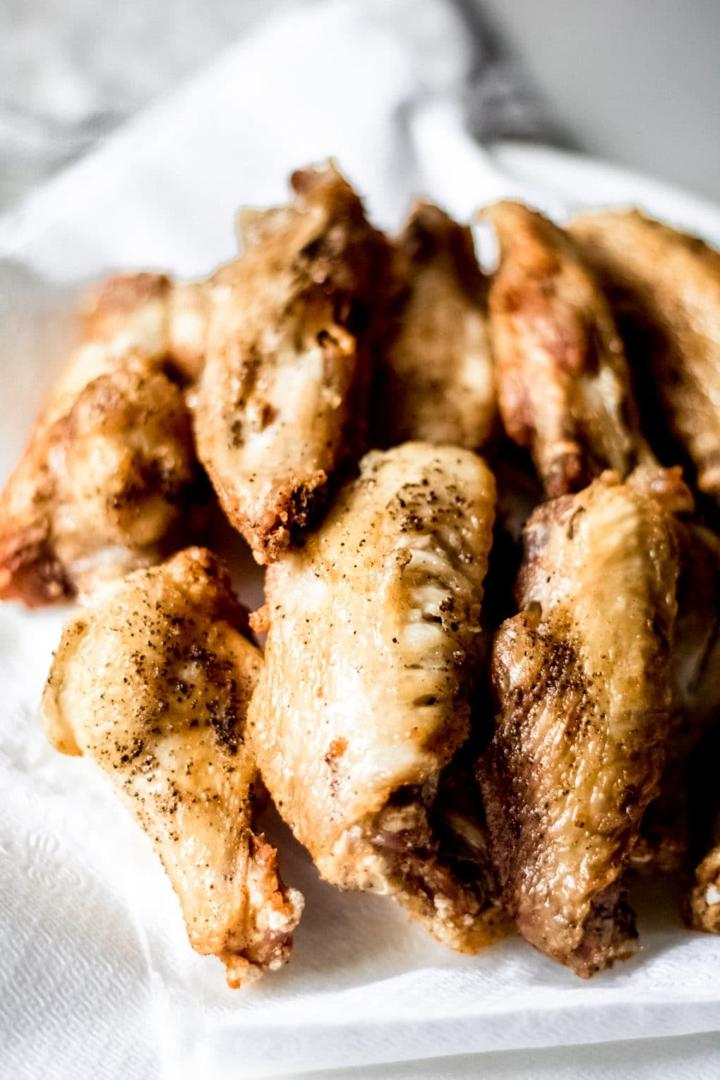 a plate of cooked chicken wings with no sauce